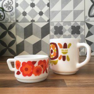 Arcopal tasse blanche en opale motif lotus orange et rouge vintage