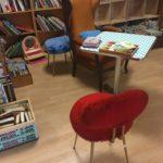 recyclerie de libourne coin livre chaise moumoute rouge vintage