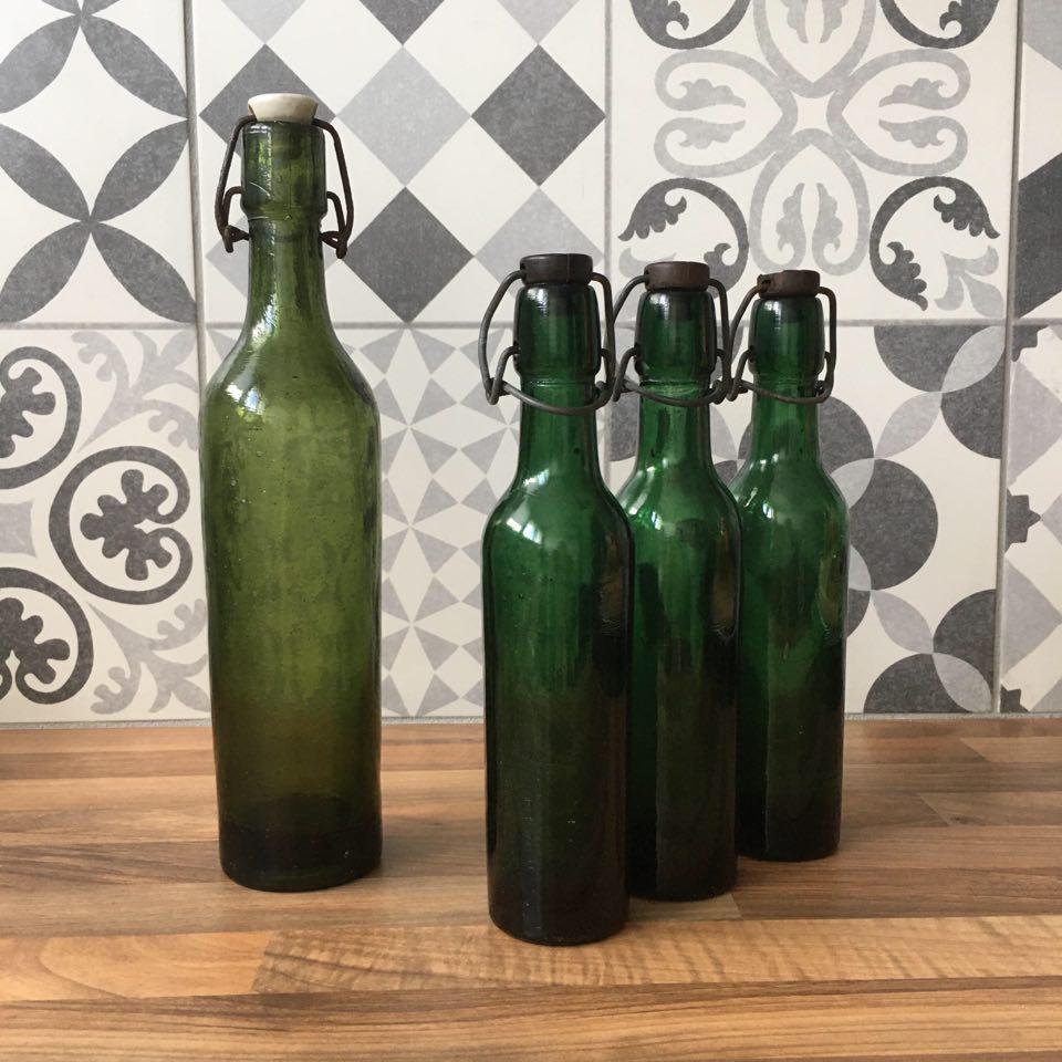 bouteille de biere vintage miniature en verre vert et bouchon noir