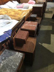 table de chevet vintage bois massif marbre partage sans frontières saint macaire