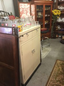 meuble de dentiste vintage style industriel à découvrir chez JAC brocante à Bouliac 33