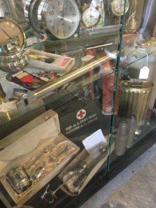 vitrine des objets médicaux collection vintage JAC Brocante bouliac