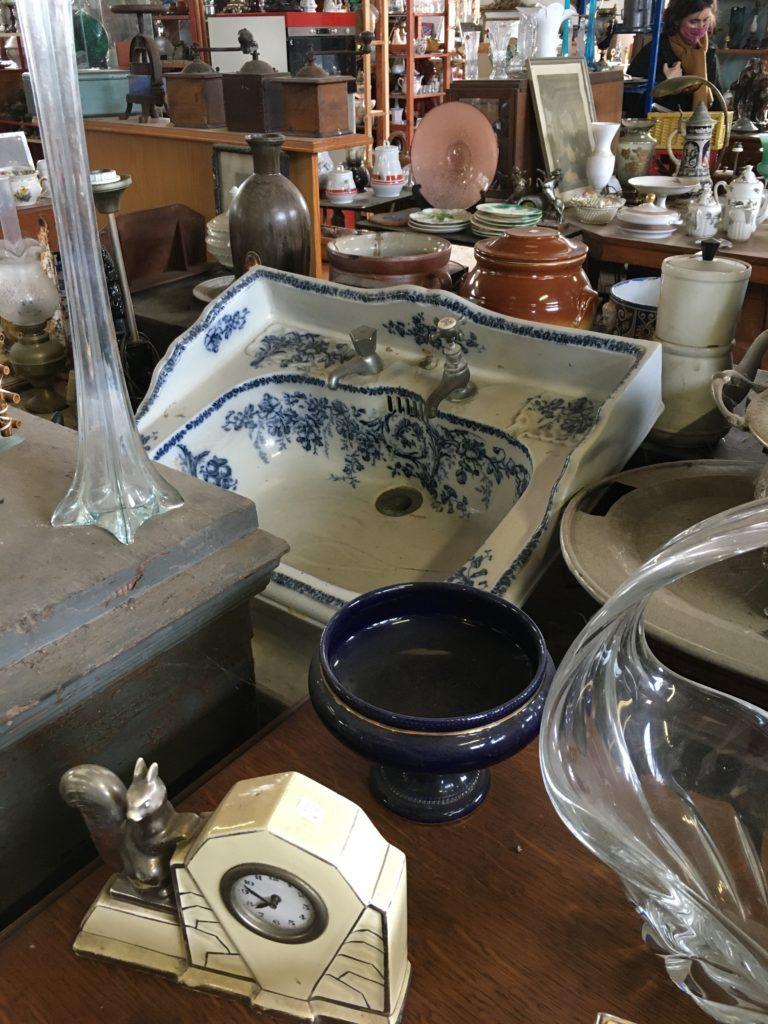 brocante andernos les bains lavabo en céramique blanche à fleurs bleues Bassin d'arcachon