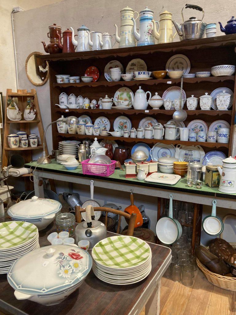 coin de la vaisselle vintage à Preignac