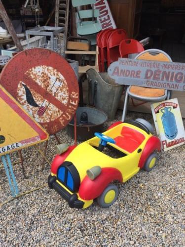 panneau de signalisation vintage et voiture de Oui-Oui Quinconces 33