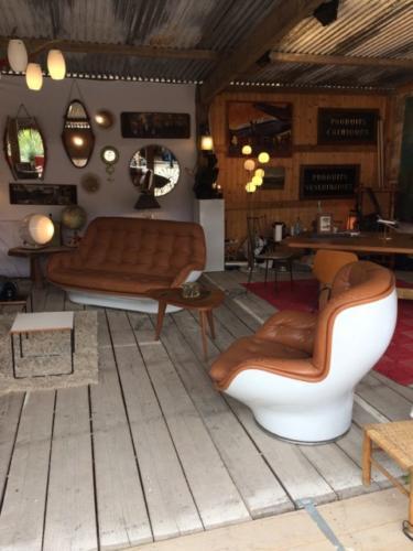 salon vintage cuir et plastique blanc brocante bordeaux